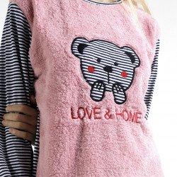 Pijama afelpado rosa bordado, detalle del bordado