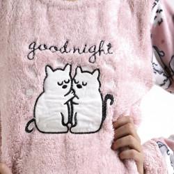 Pijama polar rosa bordado, detalle del bordado