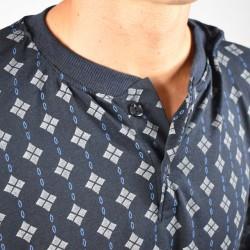 Pijama hombre gris claro con fondo dibujo negro, modelo ANETO, detalle del cuello