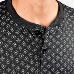 Pijama hombre modelo Thana color gris, detalle del cuello
