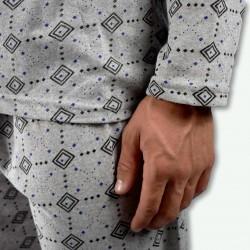 Pijama hombre gris claro con fondo dibujo negro, modelo Kali, detalle de la manga